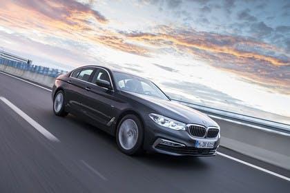 BMW 5er G30 Aussenansicht Front schräg dynamisch grau
