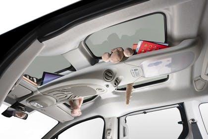 Citroën Berlingo Multispace 7 Innenansicht statisch Studio Panoramadach fahrerseitig
