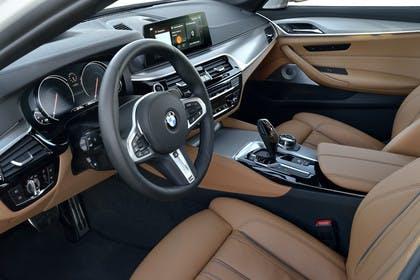 BMW 5er G30 Innenansicht Fahrerposition statisch hellbraun