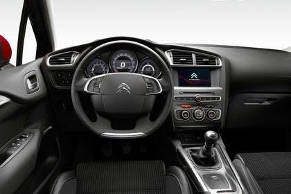 Citroën C4 N Innenansicht statisch Studio Vordersitze und Armaturenbrett fahrerseitig