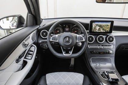 Mercedes GLC Coupe C253 Innenansicht Fahrerposition statisch hellgrau