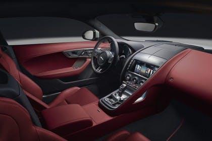 Jaguar F-Type R Coupé QQ6 Innenansicht statisch Studio Vordersitze und Armaturenbrett beifahrerseitig