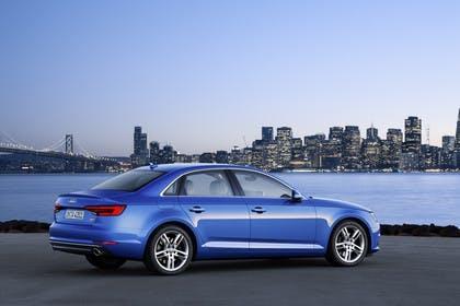 Audi A4 Limousine B9 Aussenansicht Seite schräg statisch blau