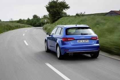 Audi A3 Sportback 8VA aussenansicht schräg Heck dynamisch blau