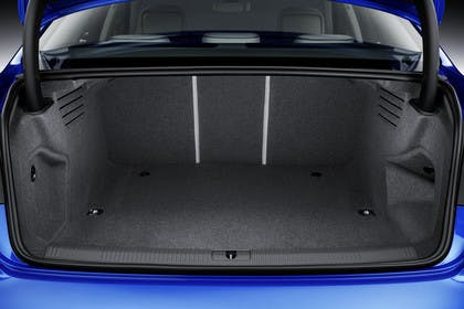 Audi A4 Limousine B9 Innenansicht Kofferraum Studio statisch blau