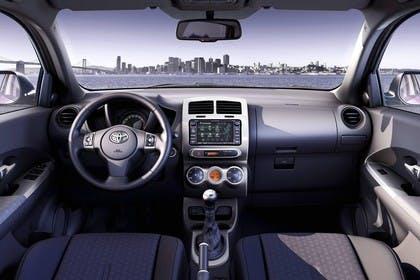 Toyota Urban Cruiser XP11 Innenanasicht statisch Vordersitze und Armaturenbrett