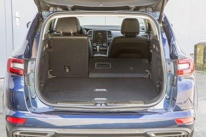 Renault Talisman Grandtourer (RFD) Aussenansicht Heck statisch Heckklappe geöffnet Rücksitze 2/3 umgeklappt blau