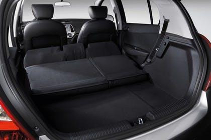 Hyundai i20 Innenansicht Kofferraum umgeklappt Studio statisch schwarz