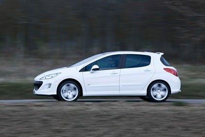 Peugeot 308 Fünftürer Aussenansicht Seite dynamisch weiss