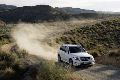 Mercedes Benz Aussenansicht Front schräg dynamisch weiß