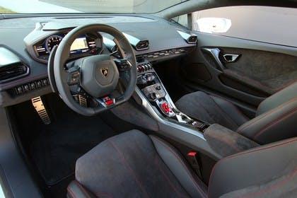 Lamborghini Huracán Innenansicht statisch Studio Sitze und Armaturenbrett fahrerseitig