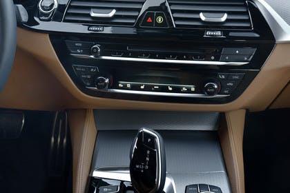 BMW 5er G30 Innenansicht Mittelkonsole statisch hellbraun