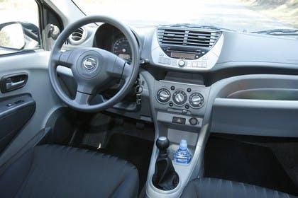 Nissan Pixo HF Innenansicht Fahrerposition statisch grau schwarz