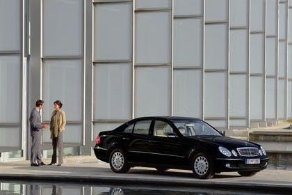 E-Klasse Limousine W211 Aussenansicht Front schräg statisch schwarz
