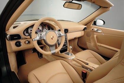 Porsche 911 Carrera Cabriolet 997.2 Innenansicht statisch Studio Vordersitze und Armaturenbrett fahrerseitig