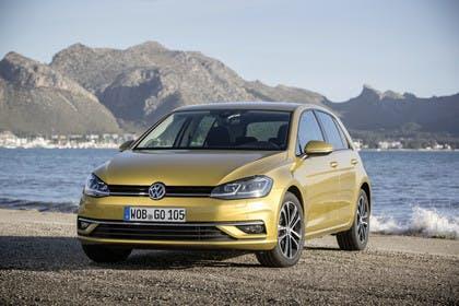 VW Golf 7 Facelift Aussenansicht Front schräg statisch gold