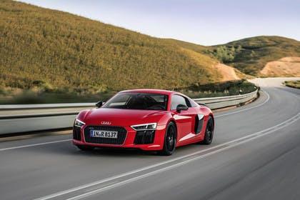 Audi R8 Coupe Aussenansicht Front schräg dynamisch rot