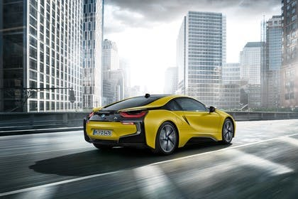 BMW i8 Aussenansicht Heck schräg dynamisch gelb