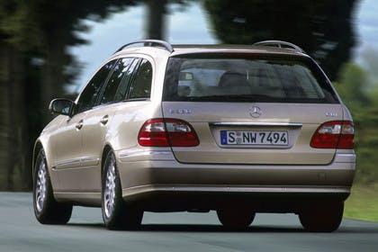 Mercedes Benz E-Klasse T-Modell (S211) Aussenansicht Heck schräg dynamisch silber