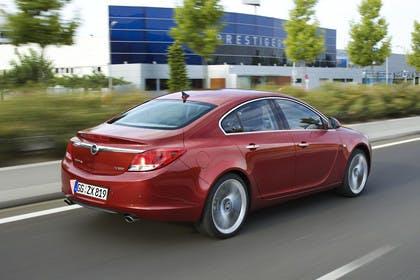 Opel Insignia A  Aussenansicht Heck schräg dynamisch rot