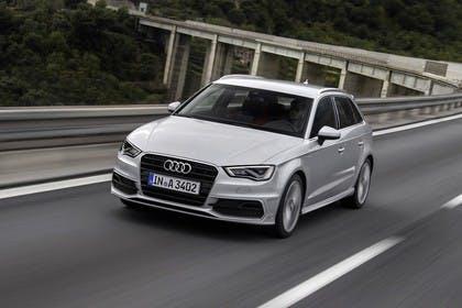 Audi A3 Sportback 8VA Aussenansicht schräg frontal erhöht dynamisch silber