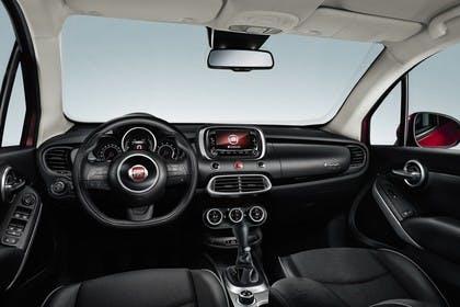 Fiat 500X Innenansicht statisch Studio Vordersitze und Armaturenbrett fahrerseitig