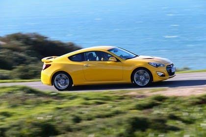 Hyundai Genesis Coupé Aussenansicht Seite dynamisch gelb