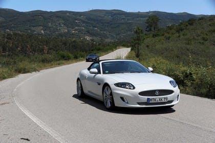 Jaguar XK Cabriolet X150 Aussenansicht Front schräg dynamisch weiß