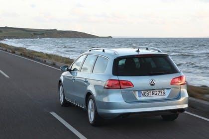 VW Passat Variant BlueMotion B7 Aussenansicht Heck schräg dynamisch blau