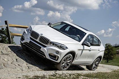 BMW X6 F16 Aussenansicht Front schräg dynamisch weiss