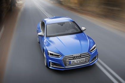Audi S5 Sportback F5 Aussenansicht Front schräg erhöht dynamisch blau