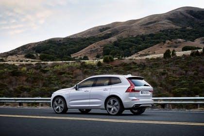 Volvo XC60 U Aussenansicht Seite schräg dynamisch weiss