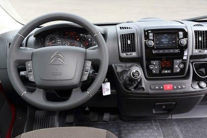 Citroën Jumper Y Innenansicht statisch Fahrersitz und Armaturenbrett fahrerseitig
