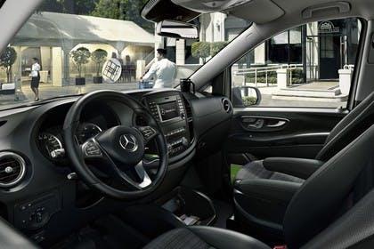 Mercedes-Benz Vito Tourer W447 Innenansicht statisch Vordersitze und Armaturenbrett fahrerseitig