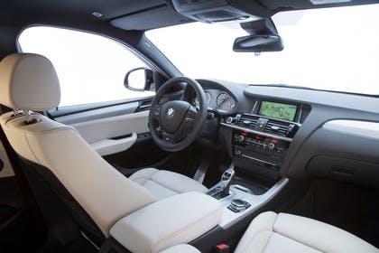 BMW X4 Innenansicht Beifahrerposition Studio statisch beige