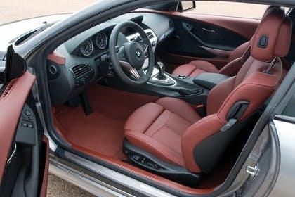 BMW 6er Coupé E63 LCI Innenansicht statisch Vordersitze und Armaturenbrett fahrerseitig
