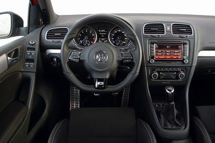 VW Golf 6 R Cabriolet Innenansicht statisch Studio Vordersitze und Armaturenbrett fahrerseitig