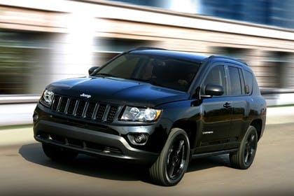 Jeep Compass Aussenansicht Front schräg dynamisch schwarz