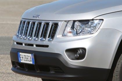 Jeep Compass Aussenansicht Detail Kühlergrill Scheinwerfer statisch silber