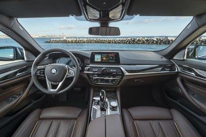 BMW 5er G30 Innenansicht zentral statisch dunkelbraun