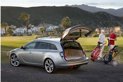 Opel Insignia G09 Sports Tourer Aussenansicht HEck schräg Kofferraum offen statisch silber