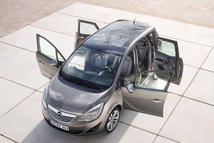 Opel Meriva B Aussennsicht Front schräg hoch Türen offen statisch graubraun