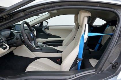 BMW i8 Innenansicht Einstieg Studio statisch beige