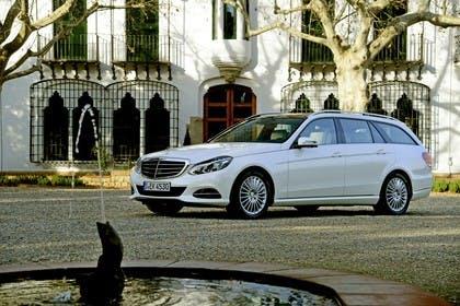 Mercedes E-Klasse T-Modell S212 Aussenansicht Front schräg statisch weiß