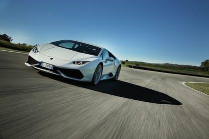 Lamborghini Huracán Aussenansicht Front schräg dynamisch weiss