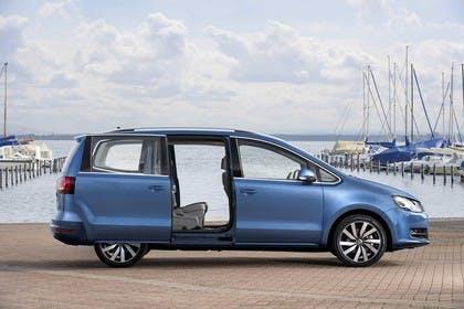 VW Sharan Aussenansicht Seite Schiebetüren geöffnet statisch blau
