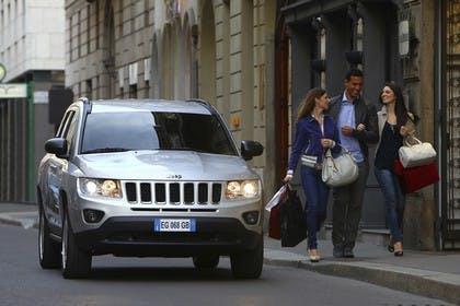 Jeep Compass Aussenansicht Front dynamisch silber