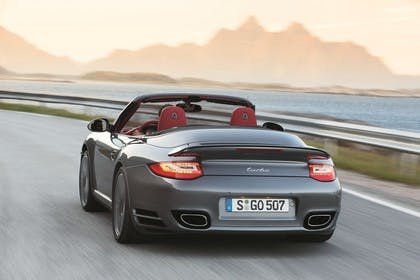 Porsche 911 Carrera Turbo Cabriolet 997.2 Aussenansicht Heck schräg dynamisch grau