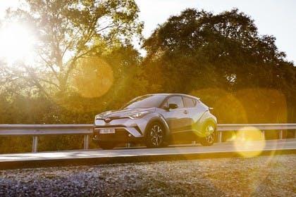 Toyota C-HR Aussenansicht Front schräg statisch grau