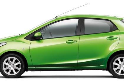 Mazda 2 DE Aussenansicht Studio Seite statisch grün